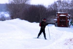 Школьник Ивановской средней школы едет домой на лыжах зимой 2011 года.
