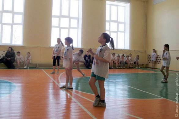 Третьеклассницы играли в пионербол.