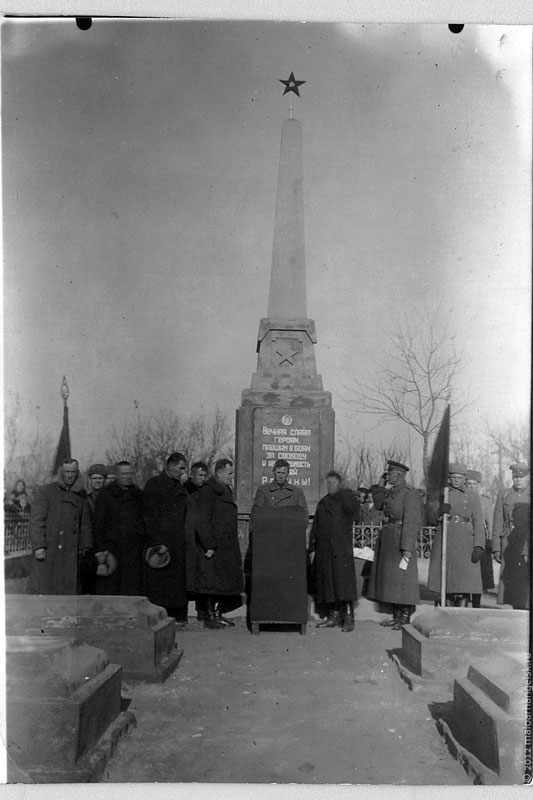 Митинг в городском сквере у памятника Советским Воинам.
