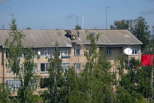 Повреждённую крышу чинят плотники.