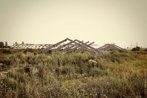 Две разрушенные фермы.