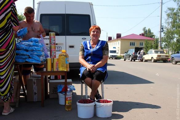 Малоархангельский рынок: торговка вишней.
