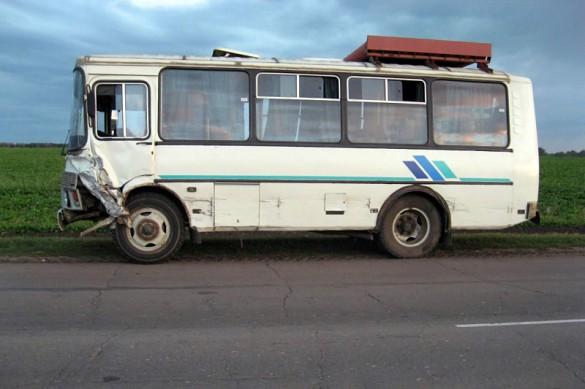 «Волга» въехала в рейсовый автобус «Орёл-Малоархангельск» и такси: последствия ДТП.
