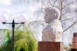 Бюст летчика Ивана Федякова установлен у здания второй городской школы Малоархангельска.