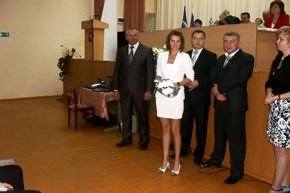Молодому педагогу, учителю иностранного языка Смоляковой Екатерине Дмитриевне, вручена трудовая книжка и подарок.