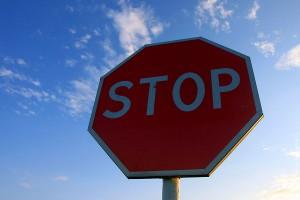 Знак Проезд без остановки запрещён.