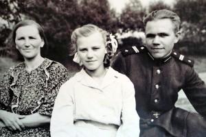 Внуковы: мама, сестра Валя, Виктор. На побывке, 1954 год.