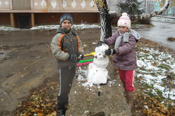 Дети и первый снег.
