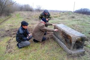 Могильный камень в Луковце изучали всем селом.