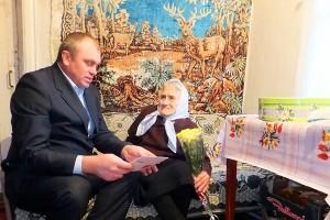 Нина Ивановна Ермилова получила поздравление от президента из рук главы администрации Малоархангельского района.