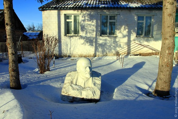 Бюст Ленина в палисаднике.