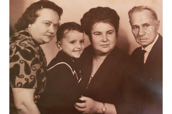 Владимир Васильевич Ченцов с дочками и внуком