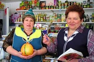 Продавцы Елена Головина и Татьяна Агрызкова.