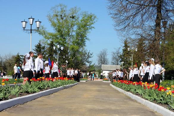 На центральной аллее Парка Победы Малоархангельска выстроились юнармейцы.