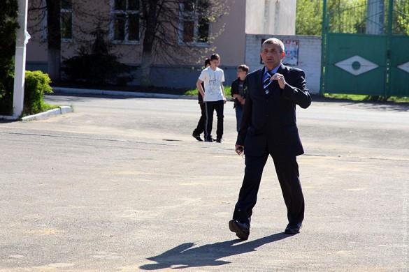 Геннадий Николаевич Чернышов проверяет выправку юнармейев.