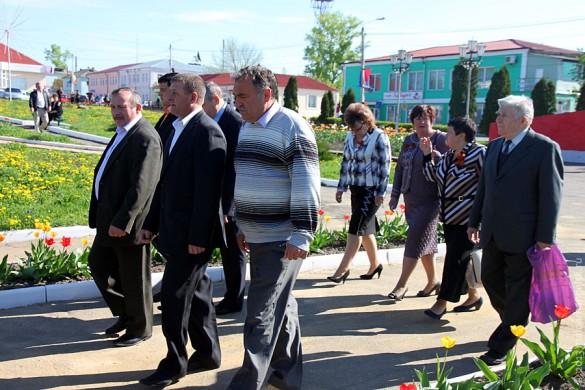 В едином строю идут руководители района и простые жители города. В рядах возлагающих цветы был замечен малоархангельский писатель Леонард Золотарёв.