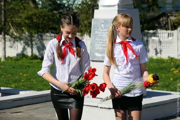 Пионеры Малоархангельска возлагают тюльпаны к бюстам героев Советского Союза, уроженцев Малоархангельска.