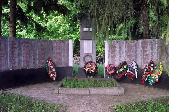 Братская могила в селе Озёрное Покровского района Орловской области.