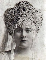 Принцесса Салиха в свадебном русском кокошнике.