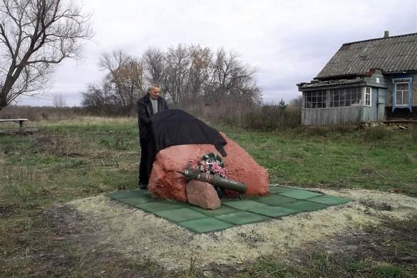 Виктор Фомкин у своего памятника.