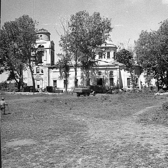 Богоявленский храм (фото 1942 года) и площадь перед ним, на которую пришёл крестный ход.