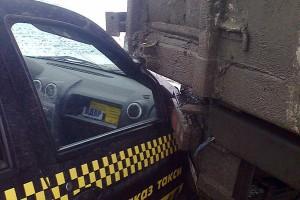 Столкновение автомобилей — легкового Рено Логан и грузового КАМАЗа.