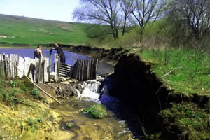 Жители Гнилой Плоты за строительством импровизированной плотины.