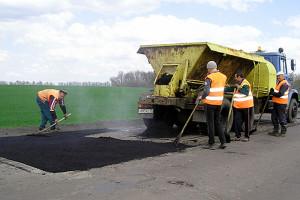 Дорожники занимаются ямочным ремонтом дороги в направлении пос. Колпна.
