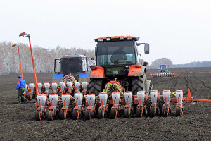 Трактор на поле.