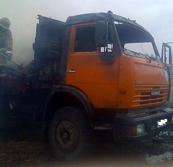 Сгорел КамАЗ и кузов сена.