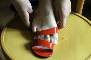 Мужская нога в женской туфле.
