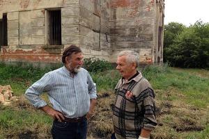 Юрий Черкасов (слева) и Виктор Фомкин у Покровской церкви села Лески.