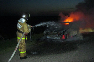 Автомобиль в огне.