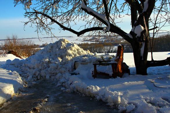 Куча снега во дворе после уборки.