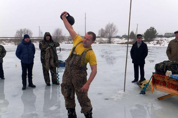 Кроме ловли на мормышку, были организованы конкурсы на самое быстрое бурение лунок и поднятие гири весом 24 кг.