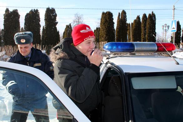 На улице школьников ждал патрульный автомобиль ГИБДД.