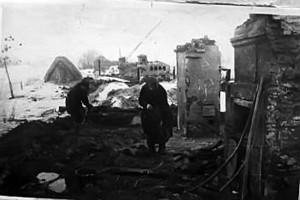 Колхозник И.П.Сильверстов с женой Домной Андреевной в селе Хмелевом у своего дома, разрушенного немцами.