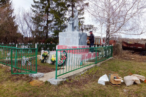 Идет ремонт на братском захоронении в селе Первая Ивань.