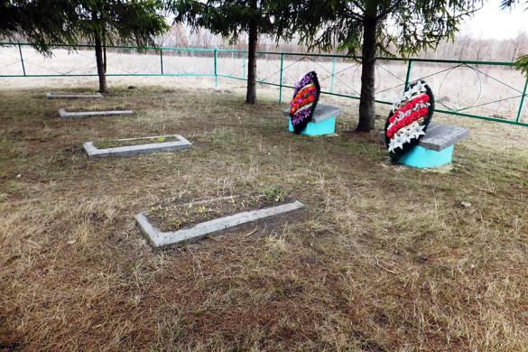 На братском санитарном захоронении в селе Вторая Ивань прошла уборка.