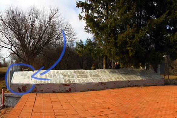 Буквы на крайних плитах мемориала в Протасово очень плохо читаются.