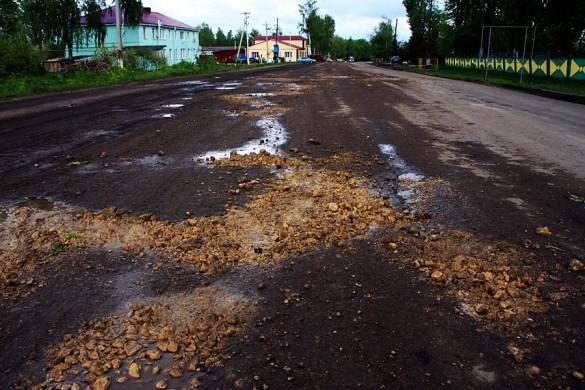 Дорога в Малоархангельске с заделанными жёлтыми камнями ямами.