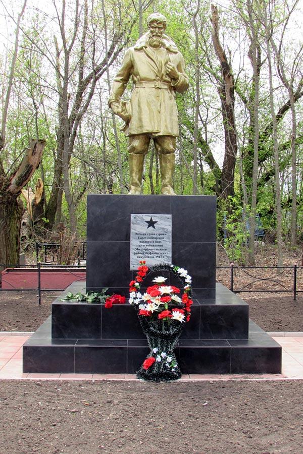 Обновленное захоронение воинов Великой Отечественной в Удереве.
