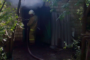 Малоархангельские спасатели ликвидировали возгорание хозпостроек в Нижней Гнилуше.