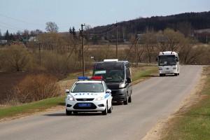 ГИБДД сопровождает автобусы.