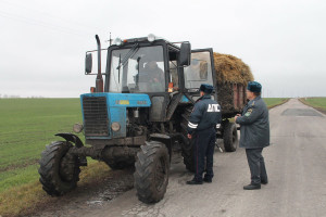 Трактор во время проверки инспекторами ГИБДД.