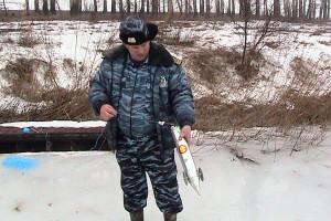 Старший госинспектор Росрыболовства С. Воробьев и пойманная им «торпеда».