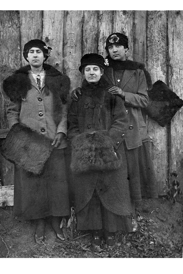 Исаева Ольга Сергеевна (старшая дочь С. Н. Исаева, 1888 г., в центре) в подругами в Малоархангельске.