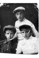 Снимок 1934 года, на котором запечатлены три молодых человека.,