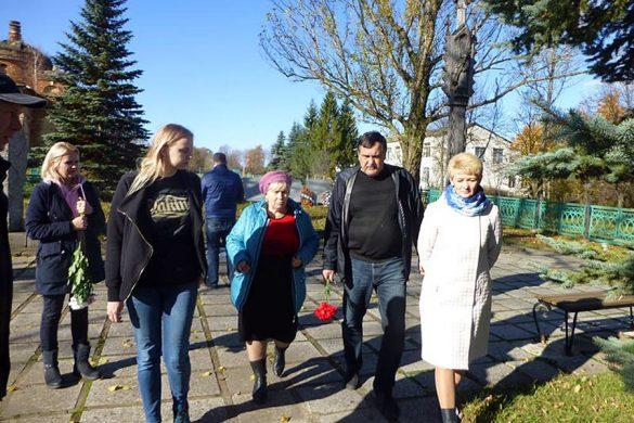 Игорь Августис — второй справа, рядом с директором Алексеевской школы Татьяной Лаврухиной.