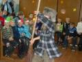 Пугало разошлось не на шутку: метёлка-рабочий инструмент превращается в атрибут задорного танца.